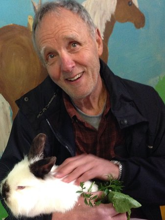 Roberts Creek, Canadá: Gary (80 years young) thoroughly enjoying his rabbit visit!