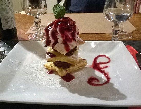 Poigny la Foret, France: Et enfin le dessert feuilleté chocolat fruit rouge et j'ai eu le dernier :)