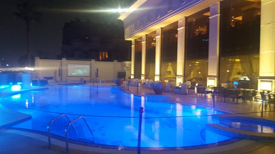 Hilton Cairo Zamalek Residences: The swimming pool on the River Nile and Beside the restaurant