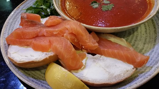 The Flying Horse : Salmon and cream cheese bagel