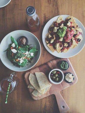 Eumundi, Australië: Vegan nachos, quinoa and roast veg salad and GF flat bread with olives, pesto & hummus