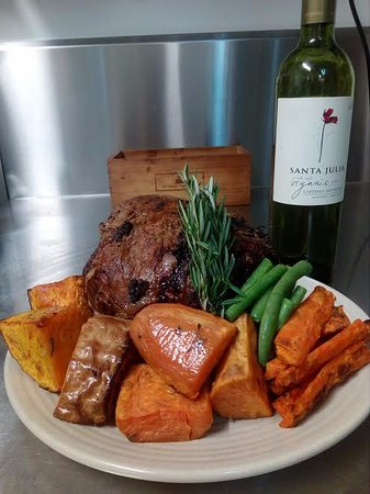 Eumundi, Australien: Roast organic lamb and veg for our ready-made meals in the freezer ready for pick up or delivery
