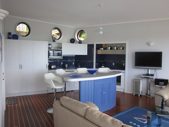 Opua, New Zealand: Bridge Deck Kitchen/Lounge