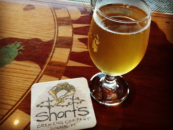 Bellaire, Мичиган: Starcut Phuzz peach cider at Shorts.