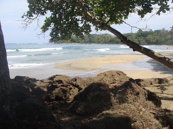 Коклес, Коста-Рика: Hotel beach...