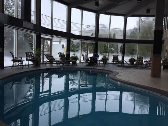 Fulton Steamboat Inn: We enjoyed the pool and hot tube during the snow storm.  Love the full glass inclosure.