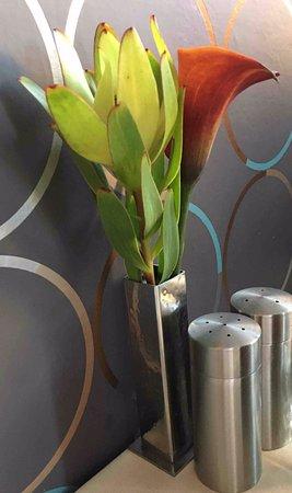 Ristorante Aroma: live, if not fresh flowers