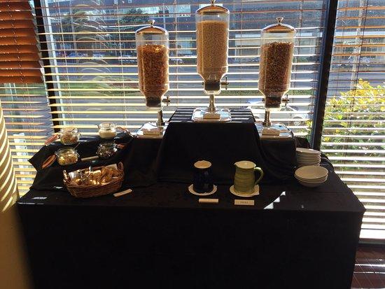 Amora Hotel Wellington: Cereal bar