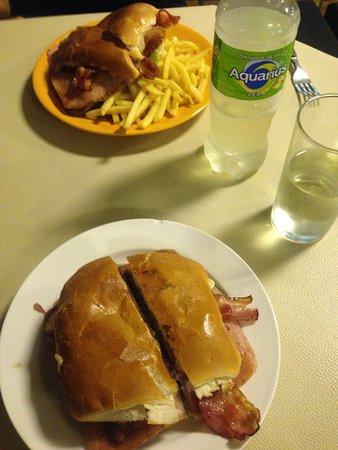 Nueva Helvecia, Uruguai: Chivito canadense com batata-frita
