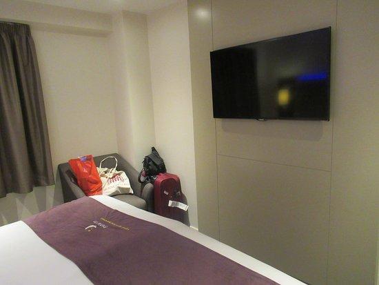 Premier Inn London Kings Cross Hotel: Televisor.