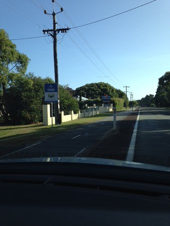 Harbourside Motel: Entrance off main road