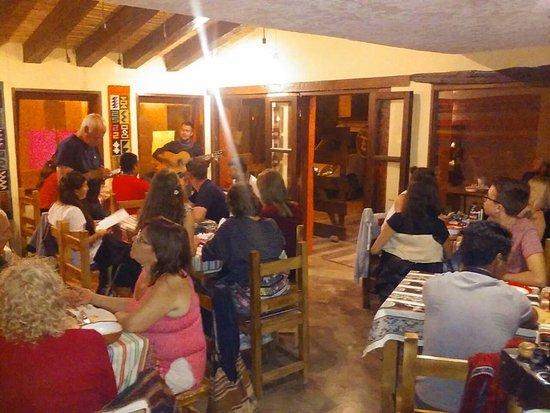 en el salón algunos visitantes y músicos del lugar nos deleitaron con sus canciones!