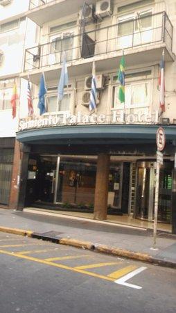 Sarmiento Palace Hotel: Vista por fuera del hotel