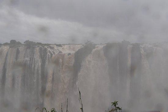 Victoria Falls, Zambia: 大迫力で流れ落ちる滝