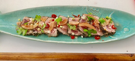 Crusoes Restaurant and Bar: Green tea seared tuna with pickled ginger and chile