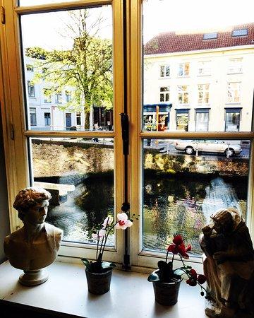 Canalview Hotel Ter Reien: Vista desde el hotel hacia uno de los canales de Brujas. Es una pequeña sala para sentarse a lee