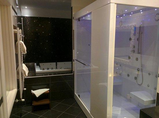 Bagno spa suite con vasca idromassaggio e doccia a due posti con