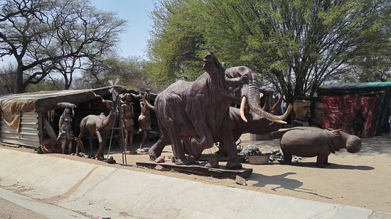 Okahandja, นามิเบีย: Big and small wooden handicrafts