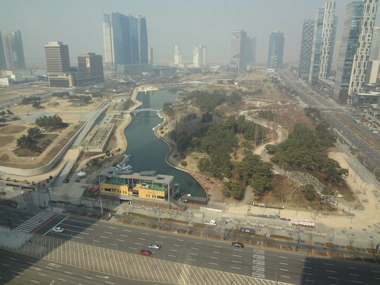 Sheraton Grand Incheon Hotel: The view of the park across the street from the hotel
