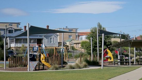 Lindisfarne, Avustralya: Part of excellent park facilities comprising BBQ and play area.