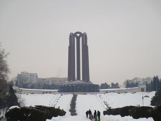 Carol Park (Liberty Park): Ci si avvicina al Monumento ai Caduti