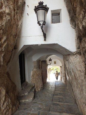 Plaza del Castillo (Plaça del Castell): Steps and alleyway by the castel ruins