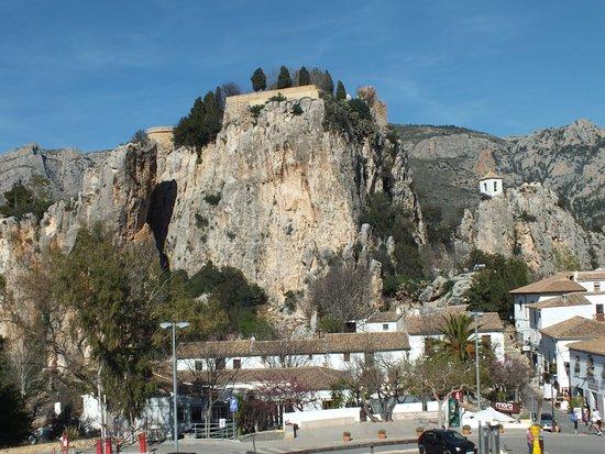 Plaza del Castillo (Plaça del Castell): View of the castle ruins from the car park