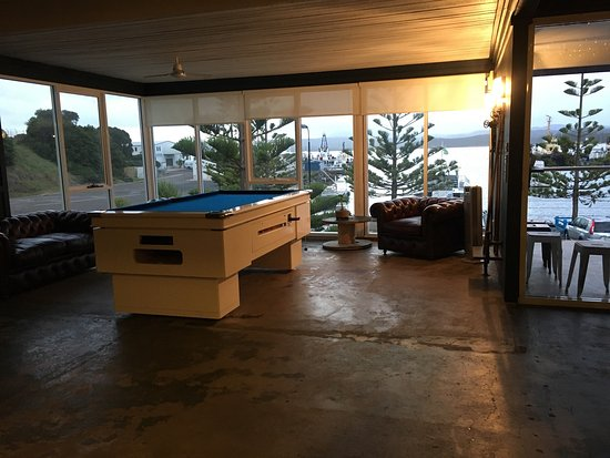 Eden, Australia: Bar, pool, and oysters