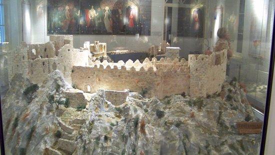 Mazamet, Frankrike: Plastico di ciò che resta di un castello cataro