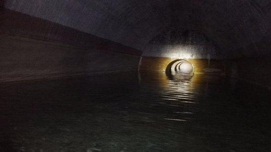 Castillo de San Fernando : Interior de las cisternas. Foto hecha desde la zodiac.