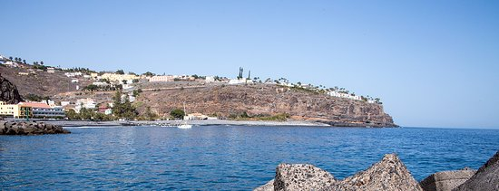 Hotel Jardin Tecina: Jardin Tecina is at the clifftop on the extreme right. Viewed from across the bay.