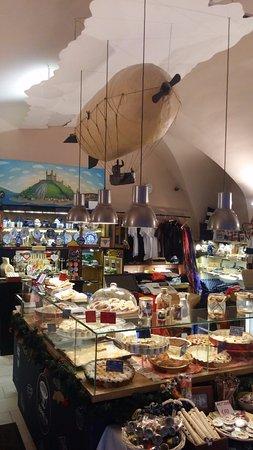 Zeppelin Cafe and Souvenirs: Vetrina dolci