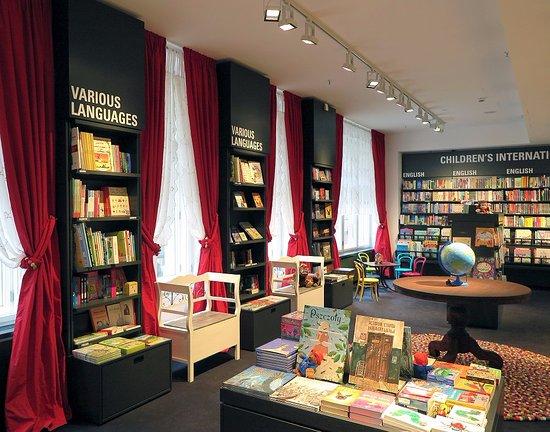 Dussmann das KulturKaufhaus: Der International Bookshop bietet Bücher in 11 Sprachen an: Romane, Sachbücher und Kinderbücher