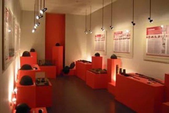 Лысьва, Россия: экспонаты музея каски можно трогать руками, примерять, фотографироваться
