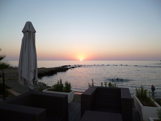 Kissos Hotel: бухта, где можно искупаться, без риска для жизни )