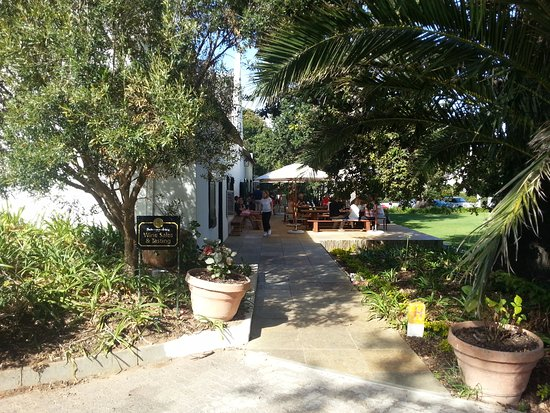 Constantia, Güney Afrika: Outside patio by tasting room