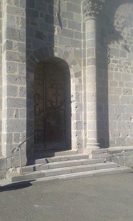 Orcival, Francia: L 'entrée de la basilique