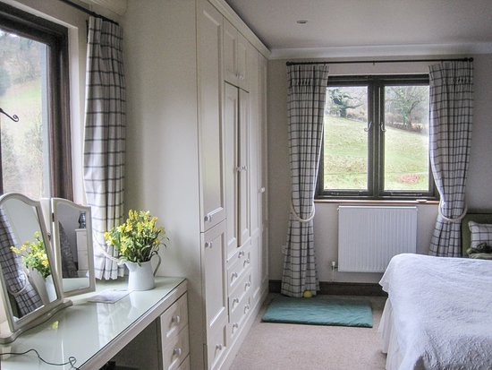 Tarr Steps, UK: Bright and pleasant bedroom, with views of the valley