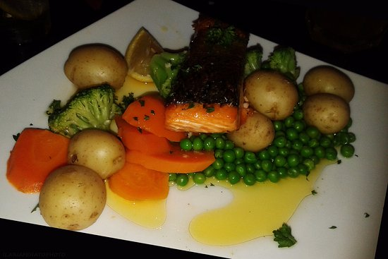The Isles Inn Pub & Hotel: salmone ed i soliti contorni: piselli, broccoli, patate e carote