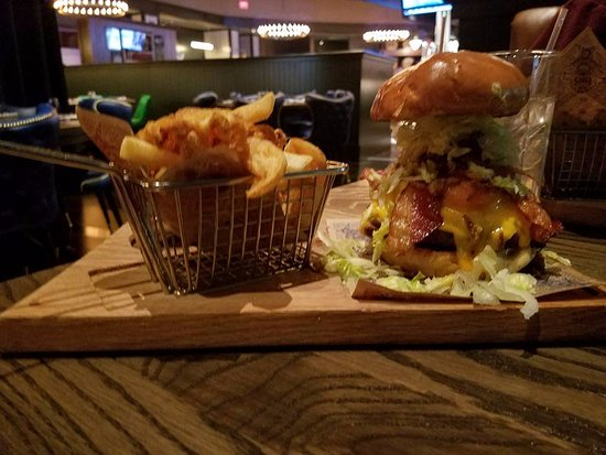 Chester, Pensilvania: Mac & Cheese Burger and Fries