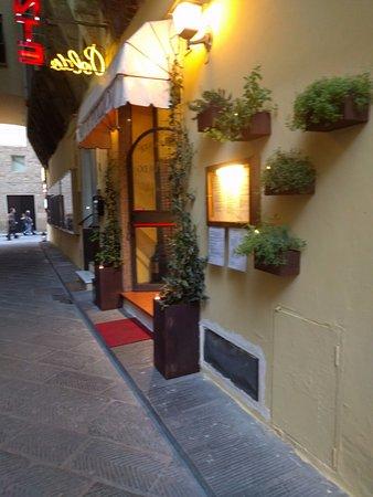 Ristorante Buca Poldo: Restaurant down alleyway