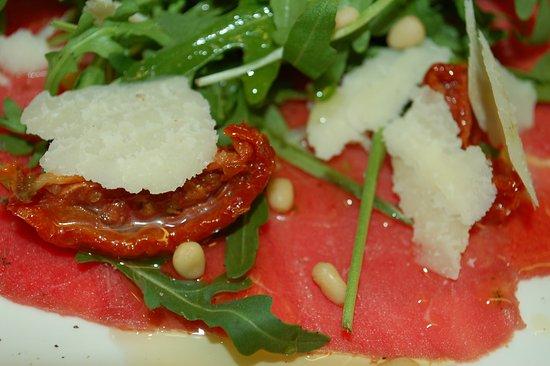 Tervuren, Belgio: Carpaccio met parmezaanschilfers, zongedroogde tomaten & truffelolie