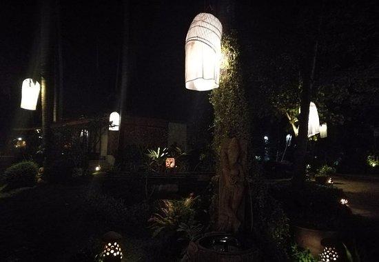 Lipa Noi, Thailand: jardin la nuit