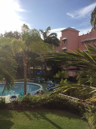 Sunbay Hotel : The hotel is built on 3 sides round the pool/garden area