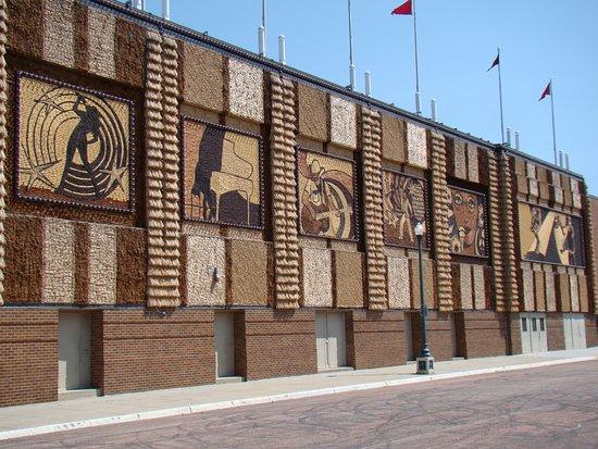 มิตเซลล์, เซาท์ดาโคตา: Murals along the side of the palace