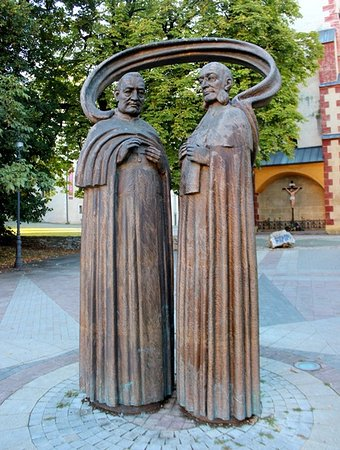 ‪Sculpture of S. Moyzes and K. Kuzmanyh‬