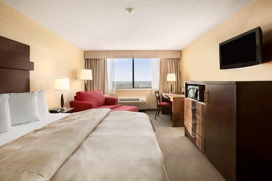 Standard King room at the Senator Hotel & Conference Centre in Timmins.