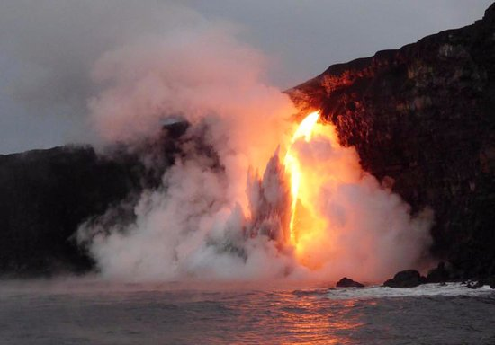 ‪‪Pahoa‬, هاواي: Lava hitting the ocean water and creating a small explosion‬