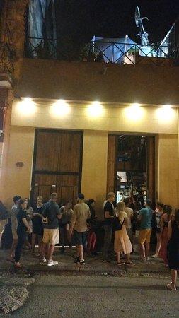 El Chanchullero de Tapas: The queue at the entrance.