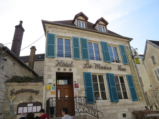 Hotel-Restaurant Le Marius : Juste en face de l'église